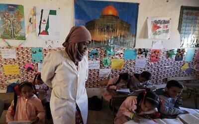 أطفال صحراويون من منطقة الصحراء الغربية يجلسون في فصلهم الدراسي في مخيم السمارة للاجئين بالقرب من مدينة تندوف، جنوب غرب الجزائر، 4 مارس، 2016. (AP / Toukik Doudou).