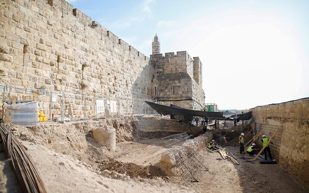 مركز  زوراء سيقف في المكان الذي تجري فيه عمليات التنقيب هذه في أسفل متحف برج داوود في القدس، نوفمبر 2020. (Ricky Rachman)