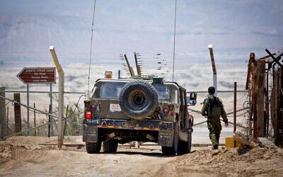 صورة توضيحية: مركبة عسكرية اسرائيلية في دورية على طول الحدود الاردنية، 6 مايو 2015 (Moshe Shai / Flash90)