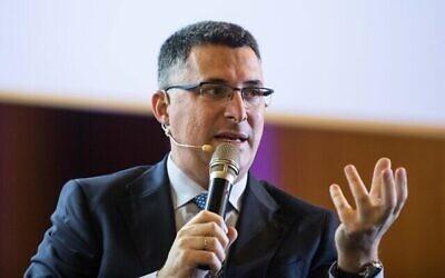 عضو الكنيست من الليكود غدعون ساعر يتحدث في مؤتمر رؤساء المنظمات اليهودية الأمريكية الكبرى في القدس، 19 فبراير، 2020. (Olivier Fitoussi / Flash90)