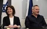 رئيس حزب ميرتس، نيتسان هوروفيتش (يمين)، وعضو الحزب تمار زاندبرغ في مؤتمر صحفي في تل أبيب، 12 مارس، 2020. (Tomer Neuberg / Flash90)