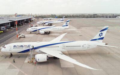 """طائرات شركة """"إل عال"""" متوقفة في مطار بن غوريون في 6 أبريل 2020، أثناء انتشار جائحة كورونا. (Moshe Shai/ Flash90)"""
