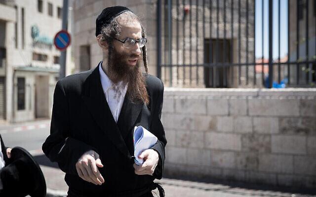 """إلعازار رومبلر ، من طائفة ״ليف طاهور""""، يصل إلى المحكمة  المركزية في القدس لجلسة محكمة، 26 مايو، 2020. (Yonatan Sindel / Flash90)"""