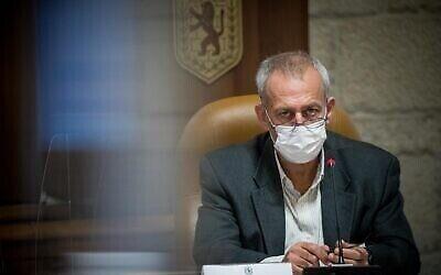 منسق فيروس كورونا الإسرائيلي، البروفيسور نحمان آش، خلال زيارة لبلدية القدس، 22 نوفمبر 2020 (Yonatan Sindel / Flash90)