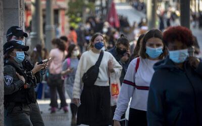أشخاص يرتدون أقنعة وجه يمشون في وسط مدينة القدس، بعد خروج إسرائيل من إغلاق بسبب فيروس كورونا وتخفيف القيود، 29 نوفمبر 2020 (Olivier Fitoussi / Flash90)