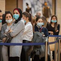 """مقدسيون يرتدون الكمامات في مركز التسوق """"ماميلا"""" في القدس، 1 ديسمبر، 2020. (Olivier Fitoussi / Flash90)"""