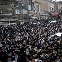 """رجال يهود متشددون يحضرون جنازة الحاخام أهارون دافيد حداش، الزعيم الروحي لكلية """"مير يشيفا""""، في القدس، 3 ديسمبر 2020 (Yonatan Sindel / Flash90)"""