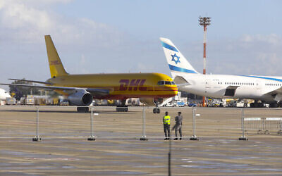 طائرة شحن  تابعة لشركة DHL تنقل الدفعة الأولى من لقاح شركة فايزر لفيروس كورونا تهبط في مطار بن غوريون الدولي، 9 ديسمبر، 2020. (Marc Israel Sellem / POOL)
