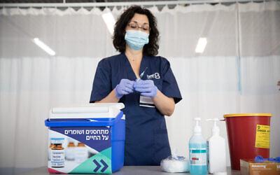 ممرضة إسرائيلية خلال تدريب تطعيم، 10 ديسمبر 2020 (Miriam Alster / FLASH90)