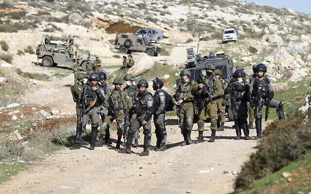 القوات الاسرائيلية تشتبك مع فلسطينيين في قرية بيت دجن بالقرب من مدينة نابلس شمال الضفة الغربية، 11 ديسمبر، 2020. (Nasser Ishtayeh / Flash90)