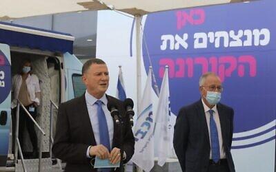 وزير الصحة يولي إدلشتين يعقد مؤتمرا صحفيا في مركز لقاحات كورونا في تل أبيب، 13 ديسمبر، 2020. (Marc Israel Sellem / Flash90)