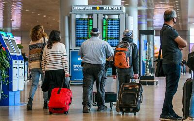 مسافرون في مطار بن غوريون، 14 ديسمبر 2020 (Yossi Aloni / Flash90)