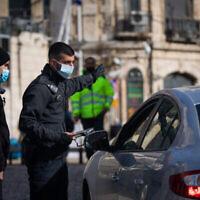 الشرطة في حاجز مؤقت عند باب الخليل في القدس، 28 ديسمبر 2020 (Yonatan Sindel / Flash90)