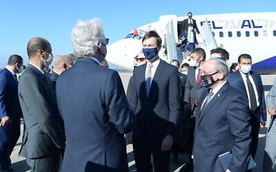 استقبال وفد إسرائيلي أمريكي مشترك بقيادة مئير بن شبات (يمين) وجاريد كوشنر (وسط) عند هبوطه في الرباط، بعد أول رحلة جوية مباشرة بين إسرائيل والمغرب، 22 ديسمبر، 2020. (Amos Ben-Gershom / GPO )