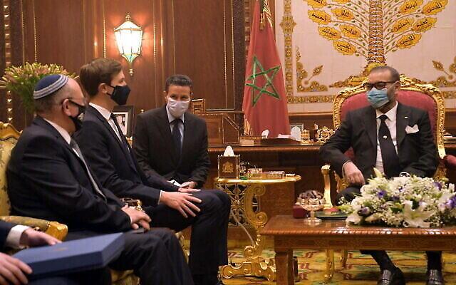 مستشار الأمن القومي الإسرائيلي مئير بن شبات (إلى اليسار) ومستشار البيت الأبيض جاريد كوشنر (الثاني إلى اليسار) يلتقيان بالملك المغربي محمد السادس (يمين) في القصر الملكي بالرباط، المغرب، 22 ديسمبر، 2020. (Amos Ben Gershom/GPO)