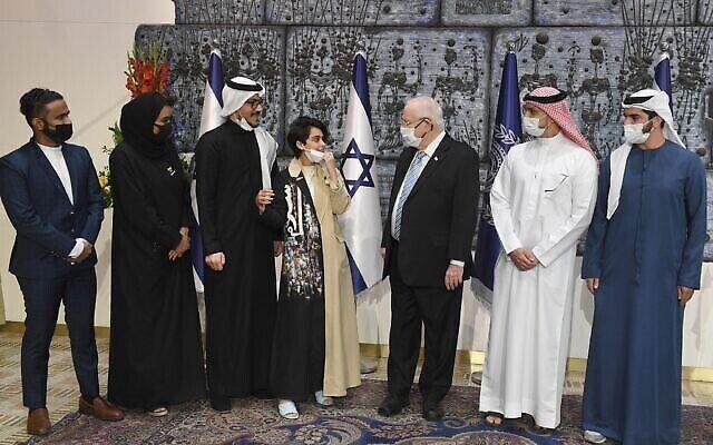 الرئيس رؤوفين ريفلين (الثالث من اليمين) يستضيف وفدا بحرينيا-إماراتيا في القدس، 14 ديسمبر، 2020. (Mark Neyman / GPO)