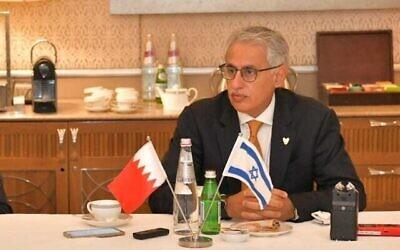 وزير الصناعة والتجارة والتجارة البحريني زايد الزياني (يمين) يتحدث مع مراسلين إسرائيليين في القدس، 3 ديسمبر، 2020. (Courtesy Bahrain NCC)
