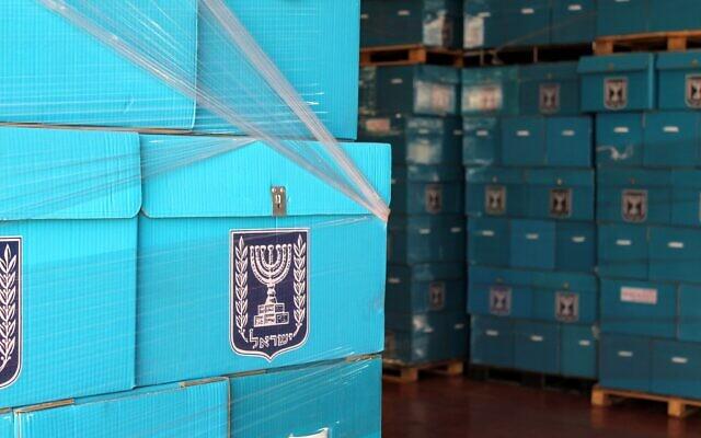 صناديق الاقتراع في لجنة الانتخابات المركزية قبل ارسالها الى مراكز الاقتراع، يوم قبل الانتخابات، 6 مارس 2019 (Raoul Wootliff / Times of Israel)