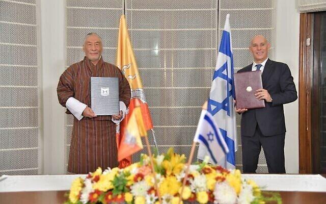 سفير إسرائيل في الهند ، رون مالكا ، من اليمين ، يوقع صفقة مع نظيره ، سفير بوتان لدى الهند اللواء فيتسوب نامجيل ، لإقامة علاقات دبلوماسية مع إسرائيل، في مقر إقامة مالكا في الهند، 12 ديسمبر، 2020. (Israel Ministry of Foreign Affairs)