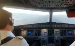 """طائرة تابعة لشركة """"يسرائير"""" تهبط في مطار دبي، الإمارات العربية المتحدة، 1 ديسمبر، 2020. (Screen capture: Twitter)"""
