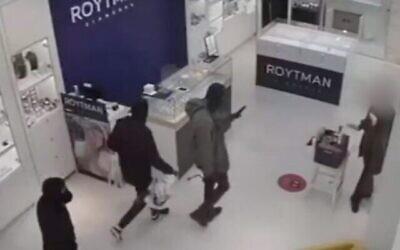 لقطة شاشة من فيديو لثلاثة رجال يسرقون محل مجوهرات في بئر السبع، 26 ديسمبر، 2020.  (Channel 12 news)