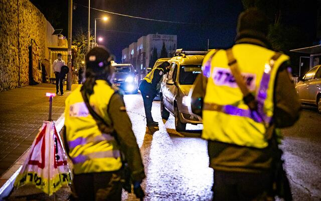 الشرطة عند نقطة تفتيش مؤقتة خلال إغلاق إسرائيل الثالث بسبب فيروس كورونا، القدس، 29 ديسمبر 2020 (Olivier Fitoussi / Flash90)