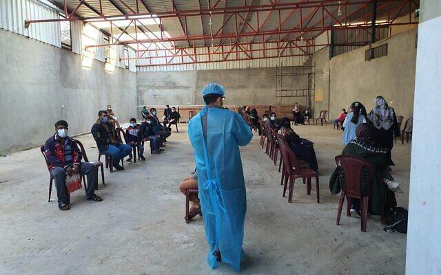طبيب عربي إسرائيلي يحيي مرضى فلسطينيين في غزة، ضمن وفد من الأطباء الإسرائيليين إلى القطاع الساحلي، 3 ديسمبر 2020 (Mu'ataz Azayza)