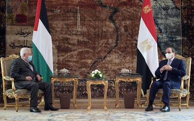 رئيس السلطة الفلسطينية محمود عباس (يسار) يلتقي بالرئيس المصري عبد الفتاح السيسي في القاهرة، 30 نوفمبر 2020 (WAFA Images/Thayer Ghanayem)
