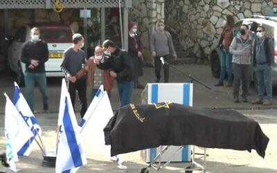 جنازة استير هورغن التي قتلت في هجوم  في الضفة الغربية يُشتبه بأنه وقع على خلفية قومية، 22 ديسمبر، 2020. (Screen grab / Ynet)