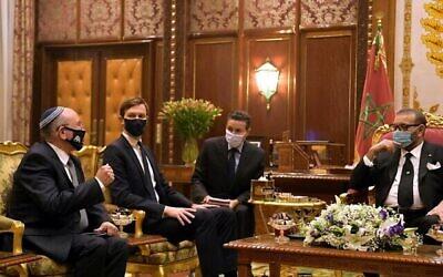 مستشار الأمن القومي الإسرائيلي مئير بن شبات (الأول من اليسار)، كبير مستشاري البيت الأبيض جاريد كوشنر (الثاني من اليسار) والملك المغربي محمد السادس (الأول من اليمين) في القصر الملكي بالرباط، 22 ديسمبر 2020. (Amos Ben Gershom/GPO)