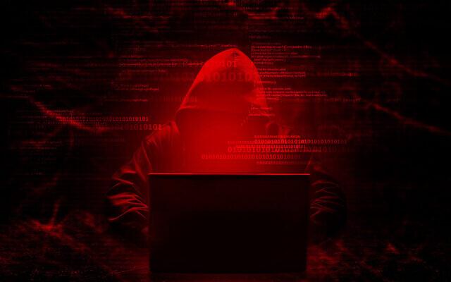 مبرمج كمبيوتر يقوم باختراق نظام آمن (releon8211 via iStock)
