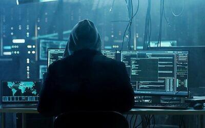 صورة توضيحية لشاكر يخترق جهاز كمبيوتر. (gorodenkoff via iStockPhoto)