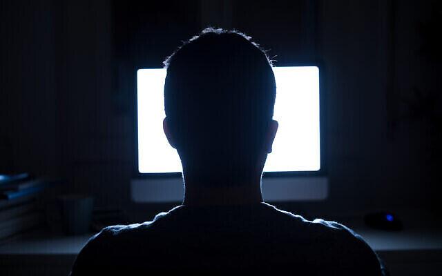 توضيحية: صورة ظلية لرأس رجل أمام شاشة الكمبيوتر (tommaso79 ؛ iStock by Getty Images).