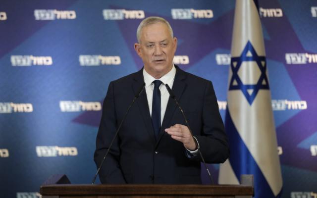 زعيم حزب أزرق ابيض، بيني غانتس، يتحدث في مؤتمر صحفي، 29 ديسمبر، 2020. (Elad Malka / Blue and White)