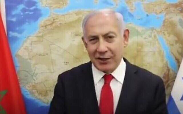 رئيس الوزراء بنيامين نتنياهو في مقطع فيديو من إنتاج مكتبه يرحب فيه بصفقة التطبيع بين إسرائيل والمغرب. (Twitter screen capture)