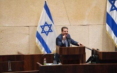 رئيس القائمة المشتركة أيمن عودة (الجبهة) يلقي كلمة في الكنيست خلال تصويت على نزع الثقة عن الحكومة الإسرائيلية، 2 ديسمبر، 2020. (Credit: Knesset spokesperson)