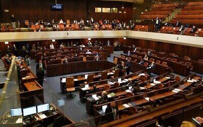 الكنيست يصوت في قراءة تمهيدية على مشروع قانون لنزع الثقة عن الحكومة، 2 ديسمبر، 2020. (Credit: Knesset spokesperson)