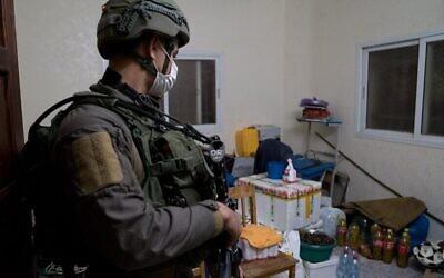صورة نشرها الجيش الإسرائيلي في 23 ديسمبر 2020، تظهر جنديا في قرية قباطية بالضفة الغربية، أثناء مداهمة منزل أحمد أبو الرب (Israel Defense Forces)