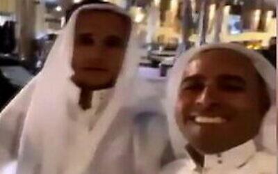 مجموعة رجال من بلدة كفر قاسم في إسرائيل يتظاهرون بأنهم وفد من الإمارات العربية المتحدة في زيارة إلى تل أبيب، 4 ديسمبر 2020 (Screen capture: Twitter)