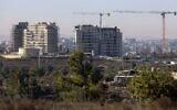 شقق جديدة قيد البناء في مستوطنة بيت ايل في الضفة الغربية، مع مدينة رام الله الفلسطينية في الخلفية، 13 اكتوبر 2020 (Menahem Kahana / AFP)