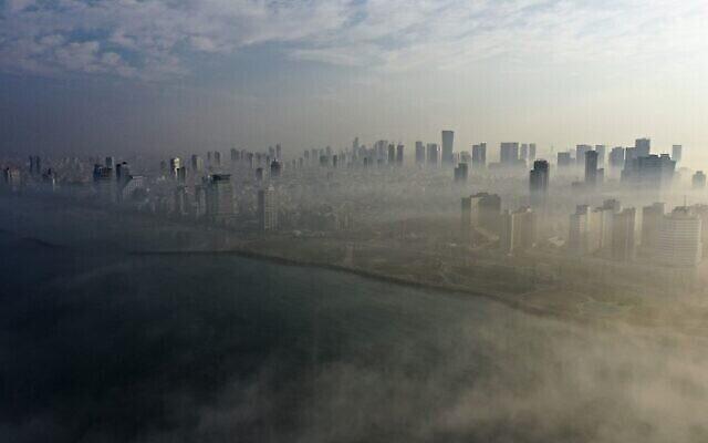 ضباب صباحي يغطى مدينة تل ابيب على ساحل البحر المتوسط، 4 يناير، 2021. (MENAHEM KAHANA / AFP)