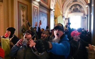 أنصار الرئيس الأمريكي دونالد ترامب يتظاهرون داخل مبنى الكابيتول الأمريكي في واشنطن العاصمة، 6 يناير 2021 (ROBERTO SCHMIDT / AFP)