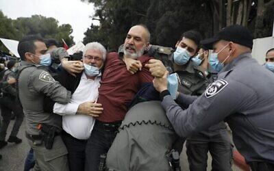 الشرطة الإسرائيلية خلال اشتباك مع عرب إسرائيليين يتظاهرون في مدينة الناصرة الشمالية ضد خطة رئيس الوزراء بنيامين نتنياهو لزيارة المدينة، 13 يناير 2021 (Ahmad GHARABLI / AFP)
