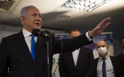 رئيس الوزراء بنيامين نتنياهو يزور منشأة تطعيم ضد فيروس كورونا في مدينة الناصرة العربية الشمالية، 13 يناير 2021 (Gil ELIYAHU / POOL / AFP)
