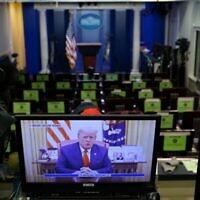 صورة على شاشة تظهر الرئيس الأمريكي دونالد ترامب يتحدث خلال مقطع فيديو نُشر على حساب البيت الأبيض على تويتر، في غرفة برادي الإعلامية الفارغة في البيت الأبيض في واشنطن العاصمة، في 13 يناير، 2021. (MANDEL NGAN / AFP)