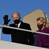 الرئيس الأمريكي المنتخب جو بايدن والسيدة الأولى القادمة جيل بايدن يصلان إلى قاعدة أندروز المشتركة في ماريلاند، قبل يوم واحد من تنصيبه كالرئيس الـ46 للولايات المتحدة (JIM WATSON / AFP)