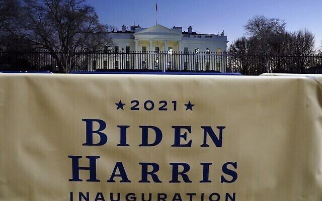لافتة بايدن هاريس معلقة أمام البيت الأبيض في واشنطن العاصمة، قبل حفل التنصيب التاسع والخمسين للرئيس الأمريكي المنتخب جو بايدن ونائبة الرئيس المنتخب كامالا هاريس، 19 يناير 2021 (TIMOTHY A. CLARY / AFP)
