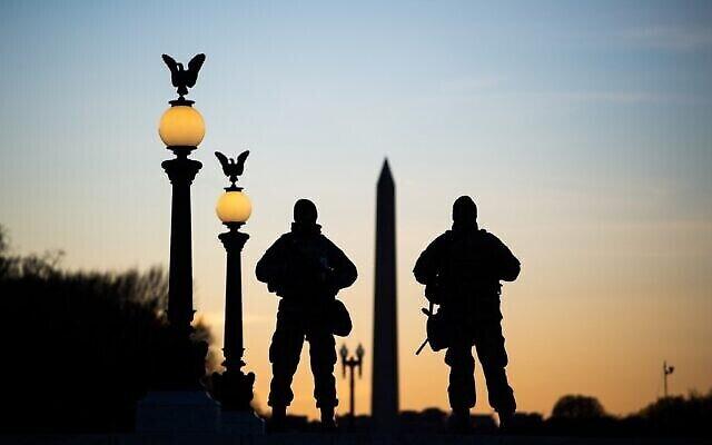 جنود الحرس الوطني الأمريكي أثناء قيامهم بالحراسة أمام مبنى الكابيتول وبالقرب من نصب واشنطن التذكاري في واشنطن العاصمة، قبل حفل التنصيب التاسع والخمسين للرئيس الأمريكي المنتخب جو بايدن ونائبة الرئيس المنتخب كامالا هاريس، 19 يناير 2021 (ROBERTO SCHMIDT / AFP)
