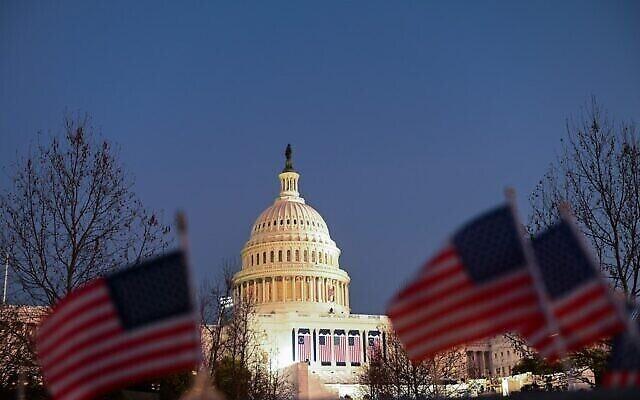 الأعلام الأمريكية بالقرب من مبنى الكابيتول في واشنطن العاصمة، قبل حفل التنصيب التاسع والخمسين للرئيس الأمريكي المنتخب جو بايدن ونائبة الرئيس المنتخب كامالا هاريس، 19 يناير 2021 (ROBERTO SCHMIDT / AFP)