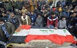 عراقيون يصلون على نعش ضحية قتل في تفجير انتحاري مزدوج وسط بغداد، خلال جنازة في مدينة النجف المقدسة، 21 يناير 2021 (Ali NAJAFI / AFP)